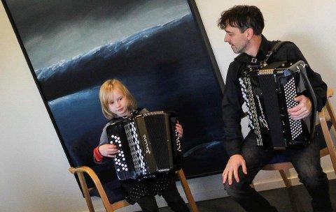 Underholdt: Aila Othilie Grieg  fra Moss Spellmannskompani underhold med litt støtte fra Otto Kiss.
