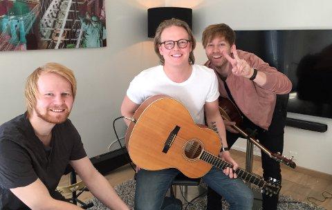 SUKSESS: Duoen med Vidar Villa Mohaugen (midten) og Jonas Thomassen (til høyre) opplever stor suksess med egne låter. Her med broren Martin Thomassen (til venstre) som også hjelper til.