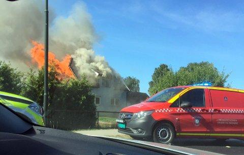 Eneboligen i Ørneveien i Råde var fullstendig overtent da brannvesenet kom til stedet.