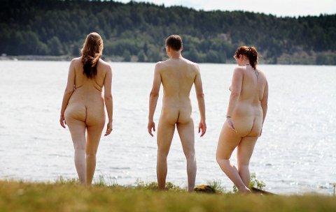 NATURISTER: Siv Aina Thorbjørnsen, Roar og Mette Sæther avbildet på stranda på Sjøhaug i Mossesundet i 2012.