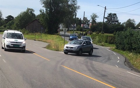 FRYKTER ULYKKE: Bjørn Johannessen er bekymret for trafikksikkerheten i krysset Klosterveien/Larkollveien.