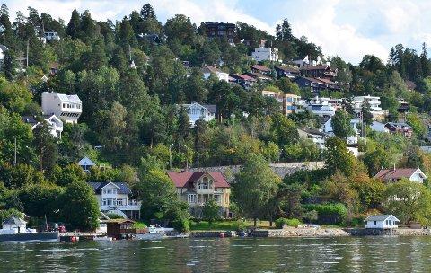 STRANDTOMT: Den gule sveitservillaen i fjordkanten her på Nordstrand skal bli et etterlengtet samlingssted for krigsveteraner på Østlandet. Foto: Nina Schyberg Olsen