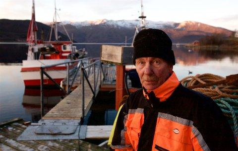 Fisker Arne Olsen sier at han ble rystet da han så mengder av død krill i området ved oppdrettsanlegget i Kvænangen. – Jeg kan ikke forstå at myndighetene kan godta dette, sier Olsen. Foto: Ola Solvang