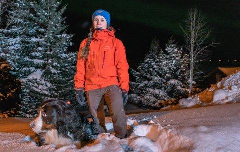 Julia Fieler leder nasjonal ressursgruppe i Røde Kors. Hun har ledet letearbeidet fra Røde Kors sin side i Tamokdalen. Nå er hun hjemme med hunden Cato.