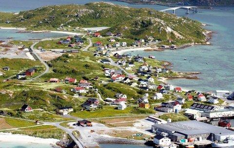 THE SUN PÅ BESØK: Den britiske journalisten Emma Pietras var overrasket over hvordan døgnet ble brukt på Sommarøy.