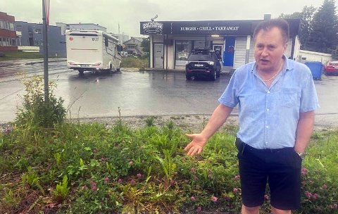 BEDRE HER: Julio Albertsen foreslår at kommunen heller legger fortauet til denne grøfta på nordsida av Sørems veg, i stedet for å fjerne parkeringsplassene utenfor lokalene han eier i krysset miot Strandvegen.