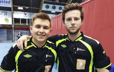 Mads Fremstad (t.v.) og Markus Pedersen fra Gjøvik dømmer NM-finalen i håndball mellom Bodø og Drammen. Arkivbilde