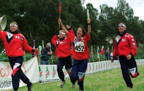 Elisabeth Iingvaldsen (f.h.) jubler for VM-gull i 1999 sammen med lagvenninnene Hanne Staff, Birgitte Husebye og Hanne Sandstad. Arkivbilde Scanpic