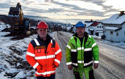 FERDIGSTILLES: Denne uken startet anleggsarbeidene med tredje og siste etappe av fylkesveg 247. Byggeleder Johannes Sletten i Statens vegvesen (t.v.) og anleggsleder Steinar Rostad i Dokka Entreprenør AS.