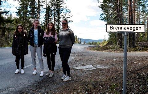 SKOLEVEI: - Jeg er veldig glad for at jentene var hjemme da det ble grisekjørt der de går av og på skolebussen, sier trebarnsmor Monica Amlien Rønningen. F.v. døtrene Ida (10), Emma (15) og Marie (14).