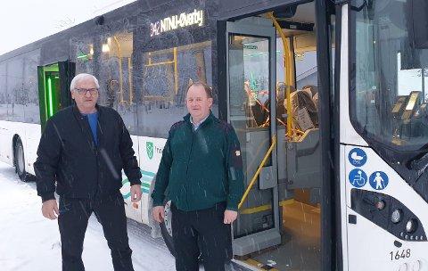 STÅR SAMMEN: Verneombudet for sjåførene Erik Nettum og Vy Buss-tillitsvalgt Morten Holm stiller seg bak skoleungdommen, og deres bekymringer.