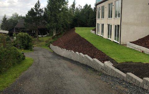 SØKNADSPLIKTIG: Kommunen kan ikke se at det er søkt om utformingen av skråningen slik den er opparbeidet, skriver kommunen i saken om bygging av boliger i Kalkvegen i Hunndalen. Saken gjelder Kalkvegen 137.