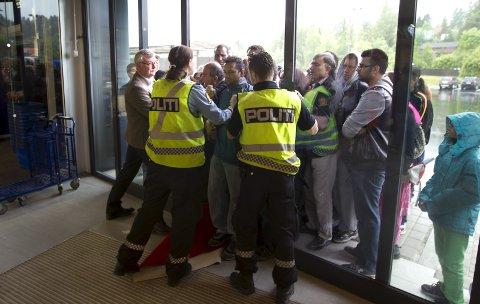 TUMULTER: Elkjøp på Vinterbro måtte tilkalle politiet for å få en slutt på slåsskampene da butikken åpnet i juni 2013. Det var første, men ikke siste gang politiet måtte stille opp.