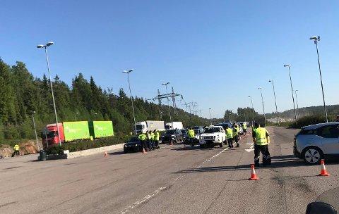 Mellom klokka 17.00 og 22.00 onsdag ble all trafikk langs E6 inn mot Oslo sluset innom kontrollstasjonen. Der sto kontrollører fra Tolletaten, Politi, Skatt øst og Arbeidstilsynet – i tillegg til at flere seksjoner i Statens vegvesen var representert.