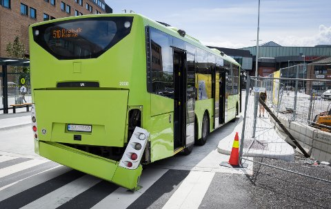 STOLPEMAT: Bussen har pådratt seg en smell på høyre bakside.