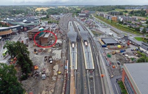 JEVNES MED JORDA: Sannsynligvis starter rivingen av  stasjonsbygningen (rød ring) neste uke. Som en kuriositet kan vi nevne at  ØB holdt til i andre etasje frem til 2018.