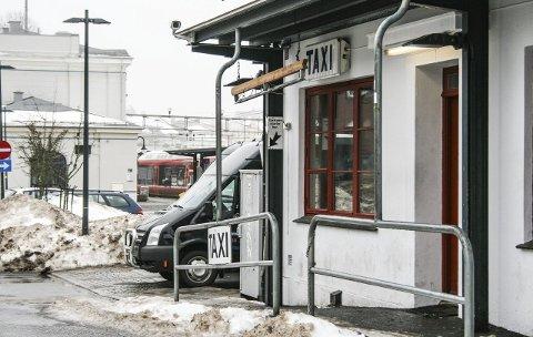 Taxikø: Kvinnen skal ha blitt befølt og frastjålet verdisaker i taxikøen på «tråkka». Arkivfoto