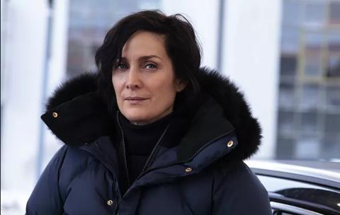 Carrie-Ann Moss er i Larvik for å spille FBI-agent i Wisting-filmen mot Sven Nordin, hun har kledd seg mot kulda.