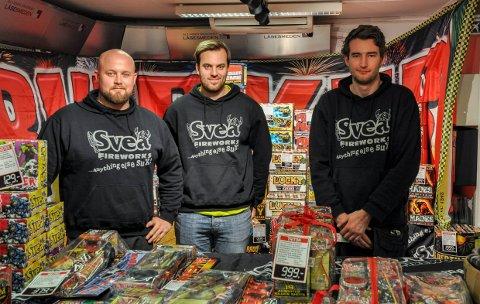 FYRVERKERI: Gutta på Låsesmeden i sentrum er en av flere butikker i Larvik som er i gang med fyrverkerisalget. Fra venstre: Kristoffer Hannon Lien, Anders Rauan og Ken Olav Thuve.