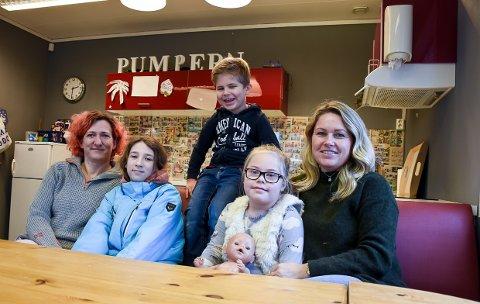 ÅPNER IGJEN: Fritidsklubben på Østre Halsen åpner igjen. Fra venstre frivillig Nancy Tangen med datteren Hannah, og frivillig Linda Eggar med Filip (6) og Emma (8).