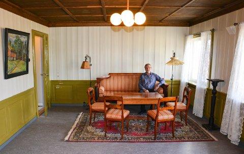 NESTEN FERDIG: Fargene på veggene linoliumen på gulvet og taket er som i 1940. Møblene i syua er tidsriktige, men ikke originale. Åsmund Mjelva er fornøyd.
