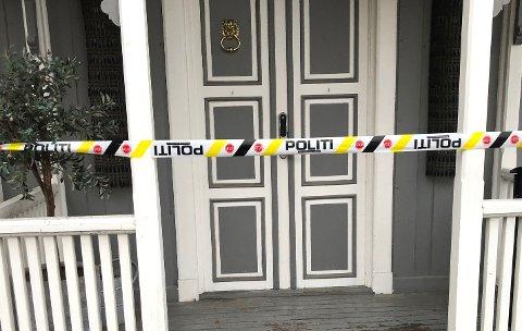AVSPERRET: Politiet har sperret av boligen og vil torsdag foreta branntekniske undersøkelser.