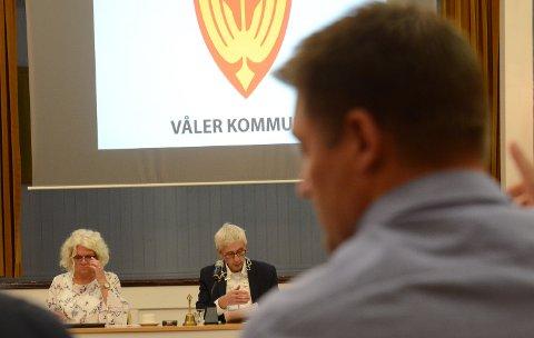 PÅ PLASS: Ordfører Ola Cato Lie og varaordfører Maj-Liss Sæterdalen er på plass i Våler. I forgrunnen til høyre Bjørn Thomas Berget som var Lies utfordrer.