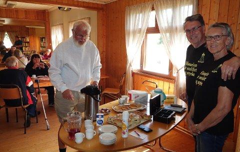 FRISTELSER: Det er mange fristelser på bordet ved spmmerkafeen i Risberget.  Berit og Ove Silkoset, til høyre var vertskap i helga.