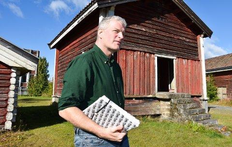 NY BOK: Forfatter Lars Mytting kommer i oktober med ny bok, Hekneveven, en oppfølger til suksessromanen Søsterklokkene. Her har han manuset under armen.