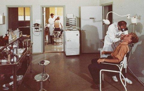 Dette bildet er fra Hydros helsestasjon, behandlingsrom, på fabrikken på Herøya. Bildet er tatt 1. juli 1963, og PD har fått det fra Herøya Industripark.