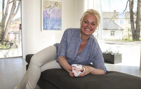 Månedens kunstner: Björg Thorhallsdottir har ti år med kunstutdannelse innen grafikk, maleri, installasjoner og akttegninger fra blant annet kunstakademiet i Barcelona og Toulouse. Kunsten hennes har også havnet som motiv på PP-kopper og hun har sitt eget Cava-merke på Vinmonopolet. Nå kommer det også egne cava-glass.