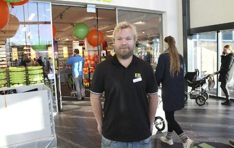 Lavt under taket: Jørn André Andersen sier XXL-lokalene på 3500 kvm i Porsgrunn skiller seg ut fra sportskjedens butikk ved Herkules i Skien. – Denne er en av få hvor det er lavt under taket. Det opplever jeg som en fordel da det gir oss muligheten til å gi butikken et mer personlig trekk. Det setter større krav til oss i arbeidet med å møte kundene på en god måte, sier Brattås-mannen.
