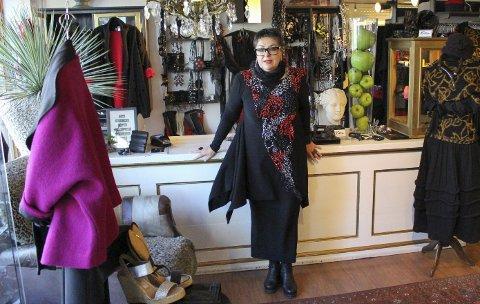 TRIVES: Her i lokalene i Osebrostrøket har «Bitta» holdt til i 34 år. Larissa Rognlien har jobba der i nesten 20, overtok for seks år siden og fortsetter tradisjonen med moteshow.