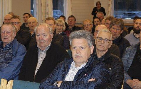 Det var stor interesse for informasjonsmøtet til Nye Veier og vegvesenet i Hei klubbhus på Heistad tirsdag kveld, da det ble gitt info om nye E18 og tunnelarbeidene som skal starte 21. april. Stein Jaran Fredriksen (nr. 2 fra venstre) var kritisk til at E18 blir stengt før sommeren.