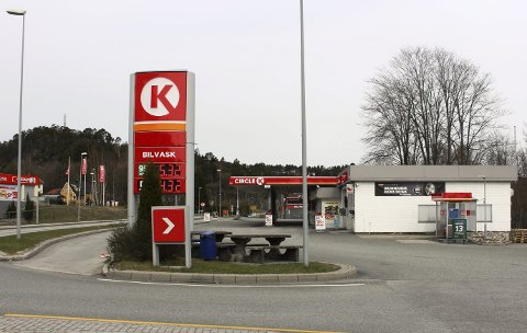 Bileieren lot bilen stå på tomgang utenfor Circle K-stasjonen på Skjelsvik. Han var ikke vitende om at en biltyv lusket i området.