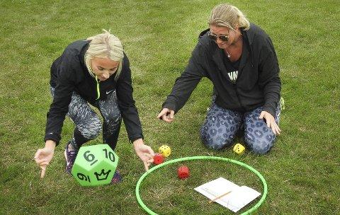 Morsomt: Cathrine Aass triller terningene mens Vibeke Hansen setter opp regnestykket. Begge var skjønt enige om at dette er en strålende måte å ha mattetimer på, og de vil benytte seg av dette i undervisningen på Rugtvedt.