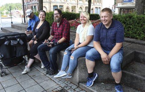 Voksen avhengighet: Snorre Smith, Iselin Johnsen Maridatter, Vidar Johnsen, Janne Stav og Jørn H. Magnussen er noen av de mange voksne som er hektet på Pokémon Go. Spillet er ikke bare for de små. – Det er de i alderen 15 til 25 år som ikke er så aktive, forteller Magnussen.