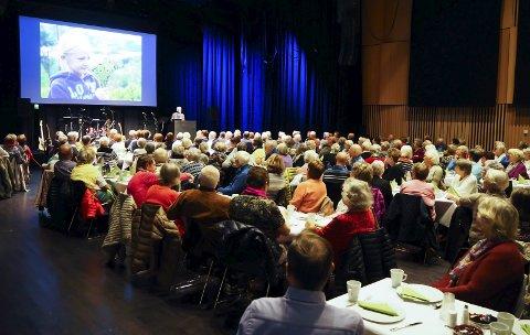 STAPPFULLT: Eldredagen 2018 trakk nærmere 150 personer til Ælvespeilet mandag formiddag. Jan Erik Tangen holdt foredraget «Med åpne sanser for lokal natur» der han delte glimt fra turer i nærområdet.
