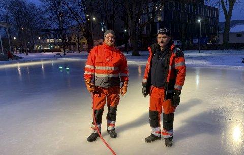 Vannet ekstra: Daniel Nilsen og Tom Erik Pettersen i Kommunalteknikk har stått i rådhusparken med vannslangen hele denne uka for å få ferdig skøyteisen.