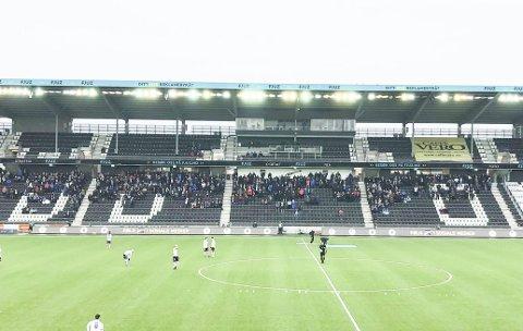 2500 tilskuere: Bare cirka 2500 tilskuere var innenfor portene på Skagerak Arena da Odd banket Bodø/Glimt for et par uker siden. Dette bildet er tatt av tribunen mot vest i det kampen skal starte.