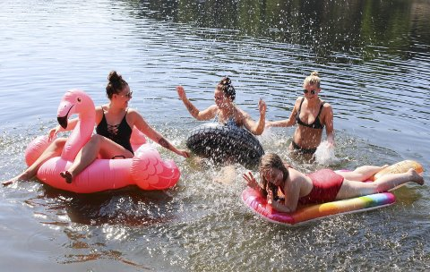 Sylvia Szyszka (21), Astrid Holte (21), Malin Ekeli (23), og Caroline Wold (20) lekte og koste seg i vannet da de besøkte Olavsberget i juni i fjor. I år kan studenter og arbeidstakere nyte ekstra mye fri.