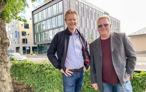 HIT FLYTTER DE: I første etasje i det nye kontorbygget flytter PD og TA inn i desember. På bildet styreleder i PD, Jan Arild Tveten og redaktør Erik Enger.