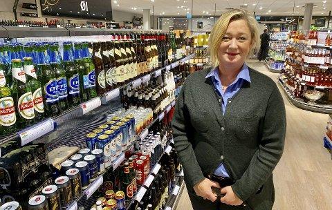 SER EN UTVIKLING: Butikksjef Britt Deilrind ser at det totalt sett er betydelig flere kunder som bruker Vinmonopolet i Porsgrunn etter at det ble åpnet et utsalg på Down Town også i november i fjor. Det er totalt flere tusen kunder mer i måneden nå enn da det var bare ett utslag.