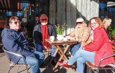 FAVORITTEN: Hilda Marie Jansen (t.h.), Ida Skattum, Roger Lysfjord og Kjell Jansen møtes på Kaffe & Thespesialen regelmessig. – Vi kommer alltid tilbake hit.