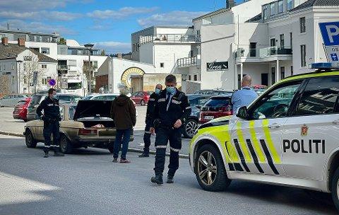 KOM IKKE LANGT: Etter Down Town-besøket med øks i hånda, stanset politiet mannen i bil i Skomværgata.