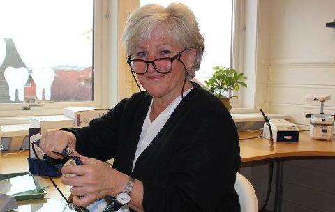 NY VIRKSOMHET: Mette Hansen mistet jobben for et år siden, da bedriften hun jobbet i, gikk konkurs på grunn av koronasituasjonen. Mette bor i Langesund og har startet sin egen bedrift i Krabberødveien på Stathelle. Hun har fagbrev som tanntekniker og driver nå virksomheten Protesemakeriet AS.  – Jeg har allerede mange kunder, men har tid til flere.