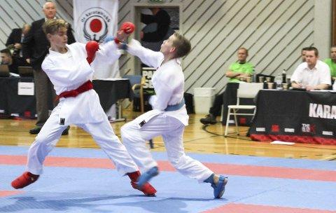 Her ser vi Julian Halsøy (t.h.) fra Rana karateklubb som har EM-sølv og flere seire i stevner rundt om i Norden. Foto: Privat