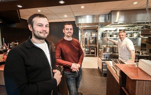 Anders Edvardsen (midten) ved Osteria Kreo er glad for at kommunene skal avgjøre om man kan servere alkohol til maten. Her sammen med Oddgeir Sørensen og Ton Van Haasterecht ved en tidligere anledning.