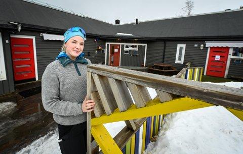 Tusenbein barnehage har kommet med et ønske om å få parkering ved barnehagen for henting og levering. Her pedagogisk leder i barnehagen, Anniken Nilsskog. Arkivfoto.