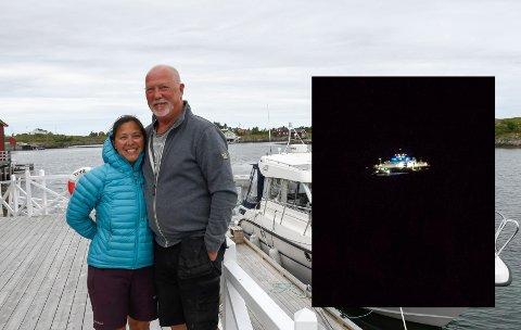 """Thore Thorolvsen og Lis Thorolvsen har bosatt seg på Sleneset. Tirsdag ettermiddag grunnstøtte MF """"Peter Dass"""" utenfor stuevinduet deres (innfelt)."""